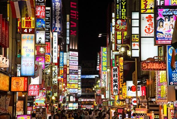 新宿駅_歌舞伎町_人混み