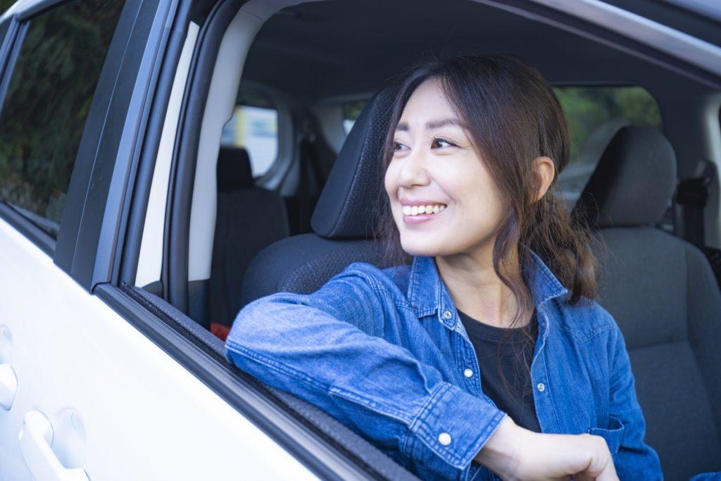 彼氏・彼女との暇つぶし術_恋人の時間つぶし_ドライブを楽しむ女性