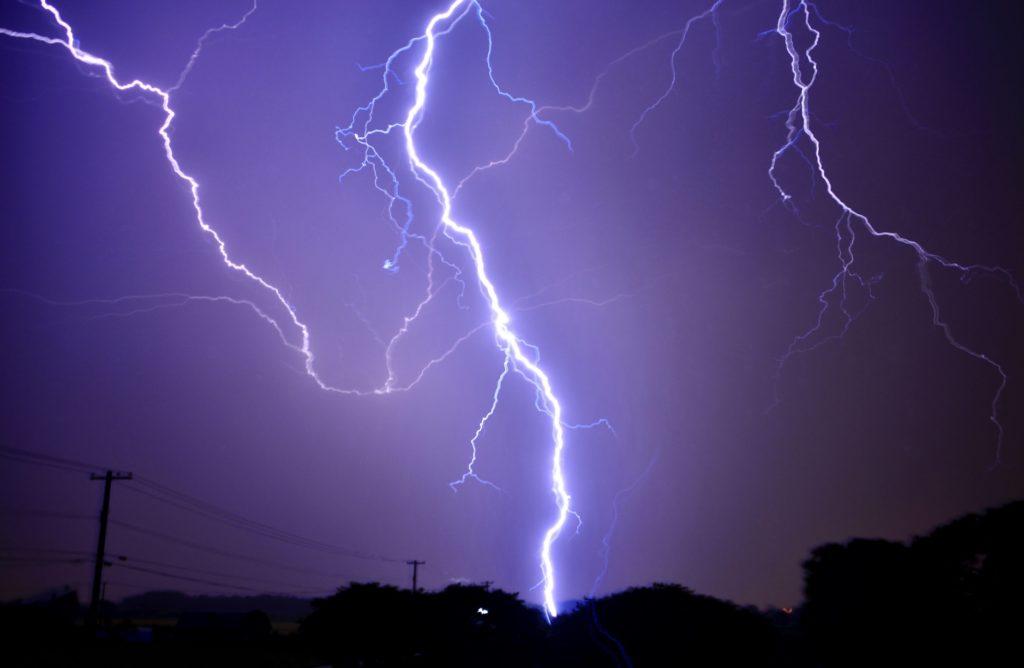 台風や雨の日の暇つぶし_落雷