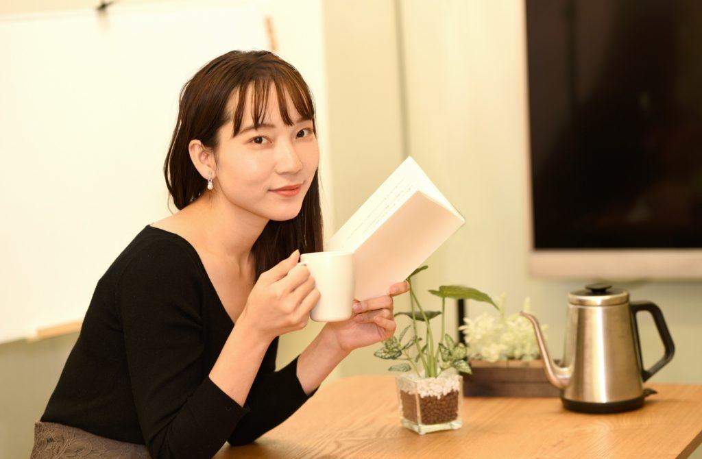 自宅でダララダラ暇つぶし_読書する女性