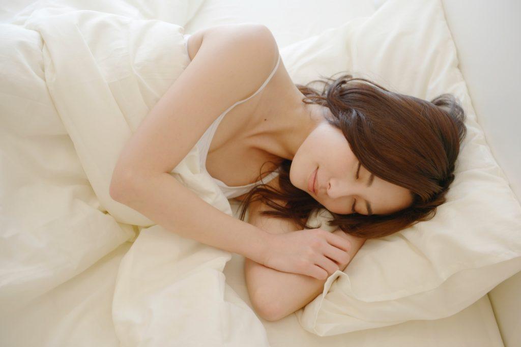 有意義な暇つぶし・時間つぶし_ベッドで寝る女性