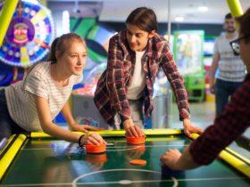 暇つぶしに室内や屋内施設でできる遊び_ゲームセンターのエアホッケー