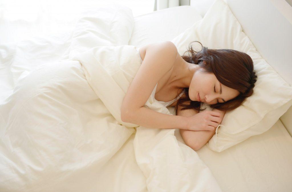 休日ならではの暇つぶし_昼間でぐっすり眠る女性