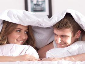 カップル_恋人同士の暇つぶし_ベッド潜る