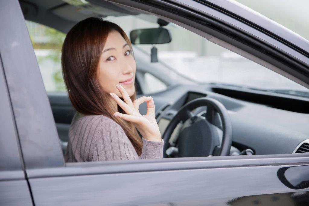 退屈すぎる車の渋滞中にできる暇つぶし_運転席の女性