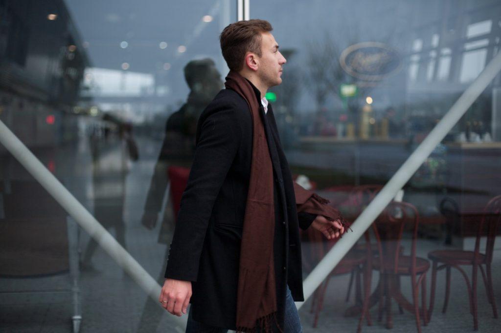 散歩しながらできる暇つぶし_近所を散歩するイケメン男性
