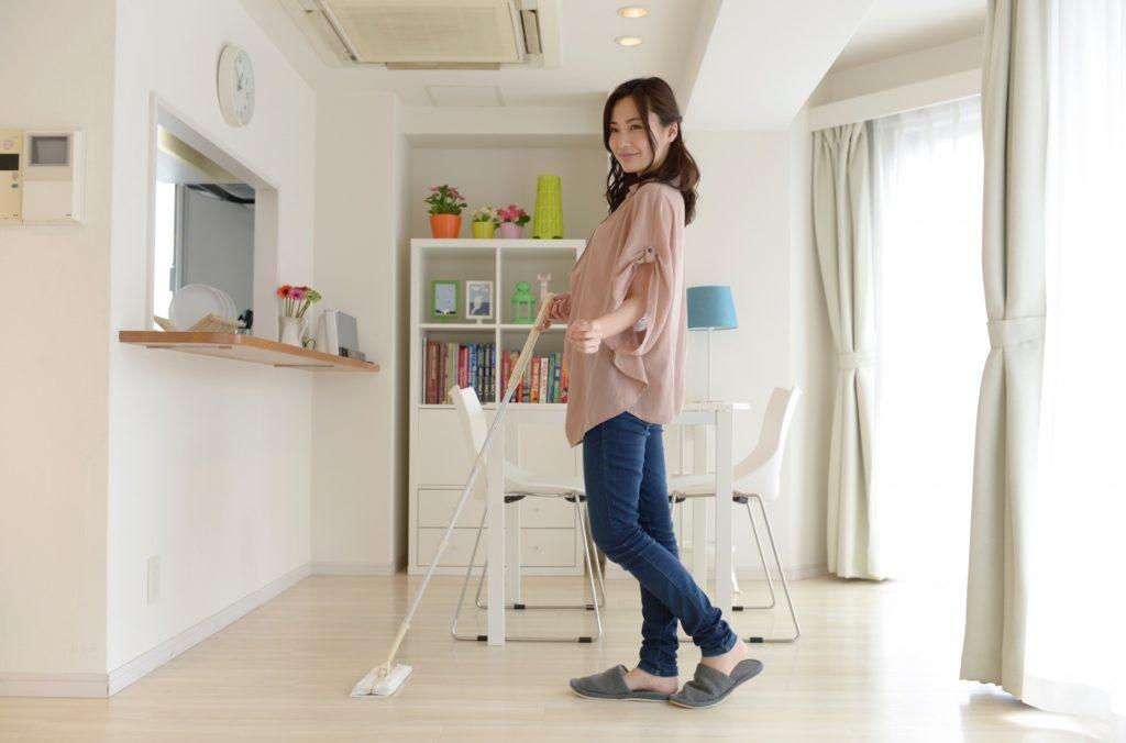 有意義な暇つぶし・時間つぶし_部屋の掃除をする女性