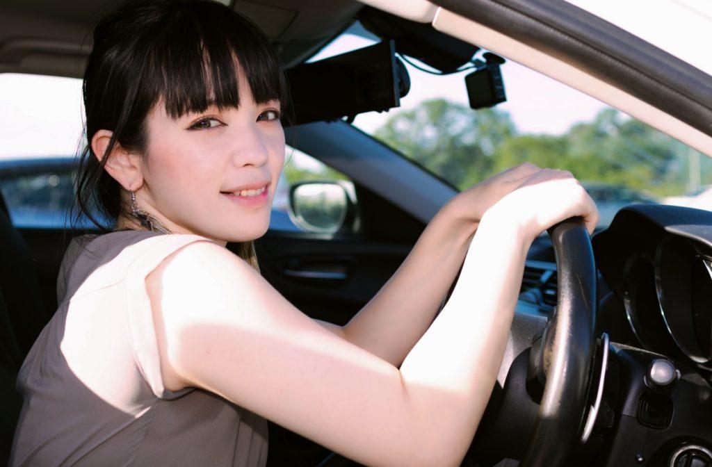 退屈すぎる車の渋滞中にできる暇つぶし_運転する女性