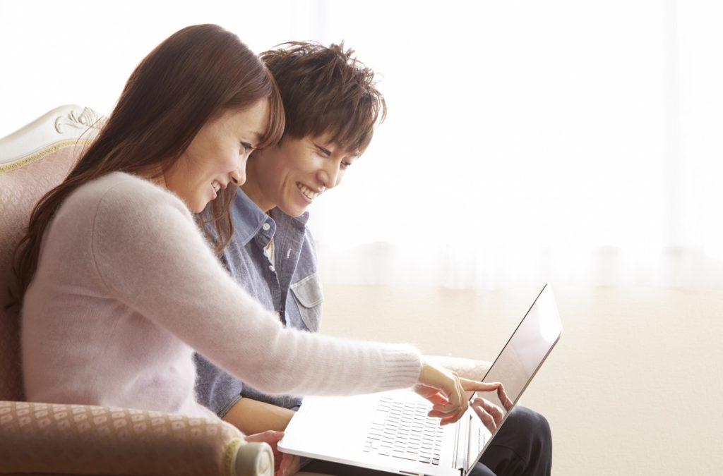 有意義な暇つぶし・時間つぶし_PCで調べ物をするカップル