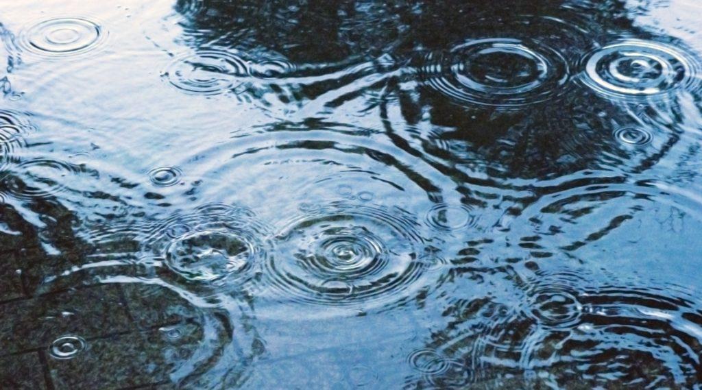 台風や雨の日の暇つぶし_雨の音と地面