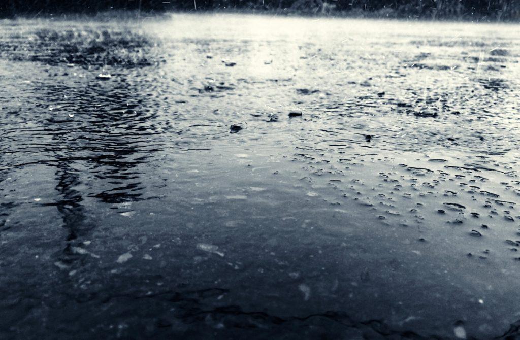 台風や雨の日の暇つぶし_水たまり