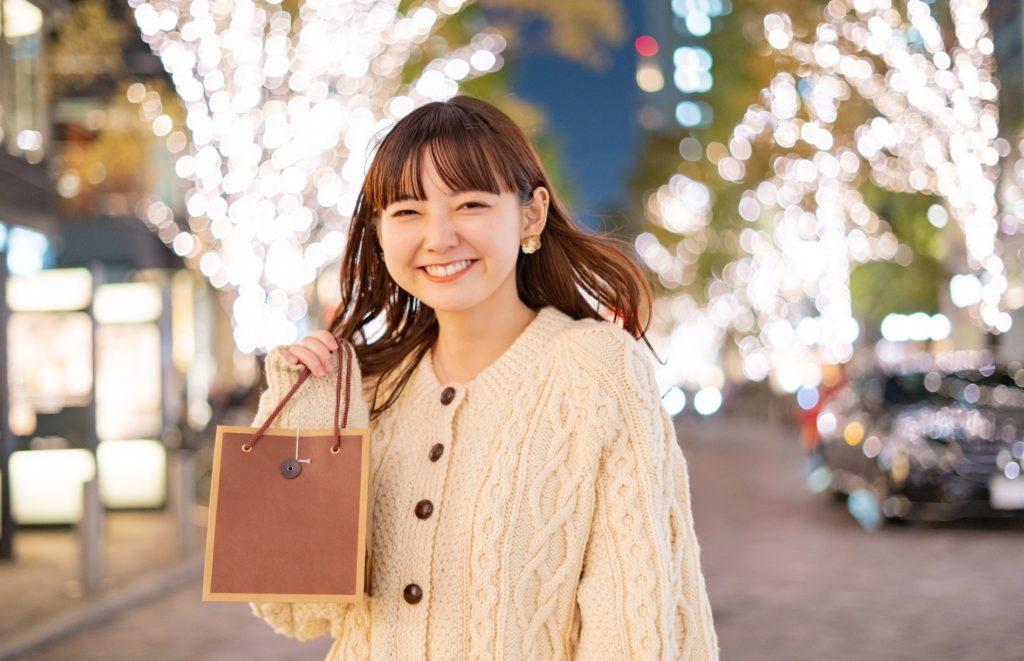 所要時間別の暇つぶし方法_ショッピングを楽しむ女性