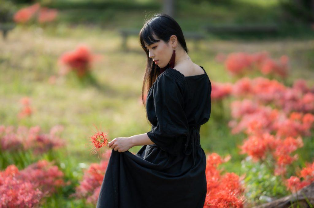 散歩しながらできる暇つぶし_近所を散歩する綺麗で美人な女性
