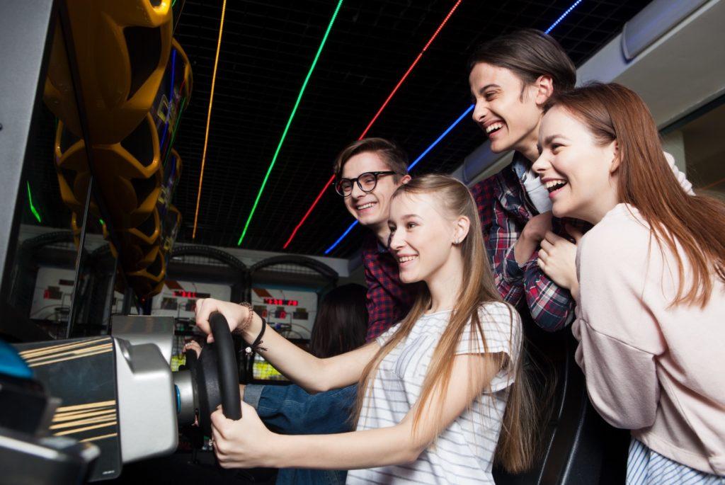 暇つぶしに室内や屋内施設でできる遊び_ゲームセンターでレースゲーム