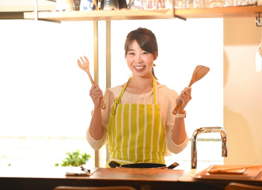 お金がなくても趣味にできる暇つぶし_自宅で料理をする女性