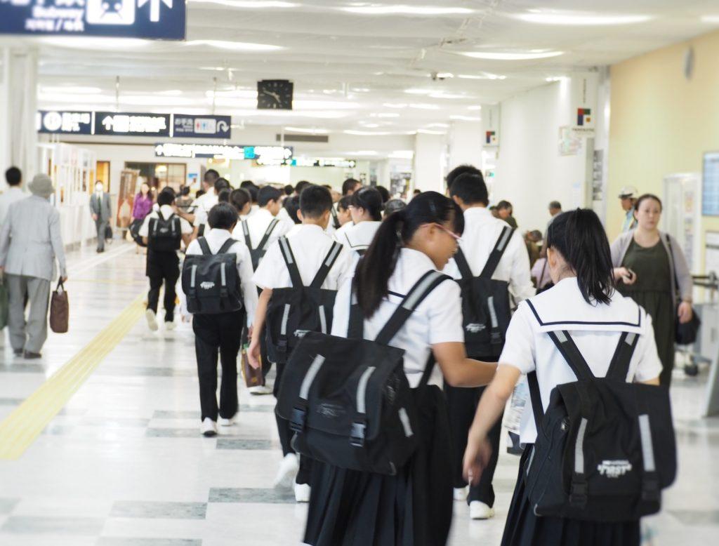 修学旅行中のバスで盛り上がる暇つぶしや遊び_中高生の集団