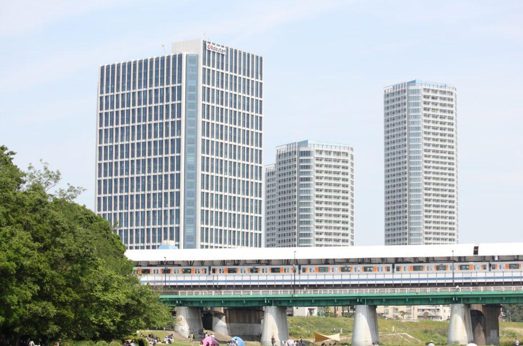 二子玉川駅_河川敷とビル風景