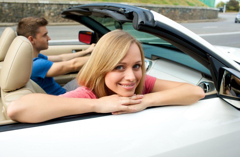 退屈すぎる車の渋滞中にできる暇つぶし_オープンカーに乗るカップル