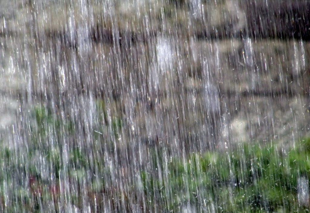大雨の日や梅雨における暇つぶし_土砂降り