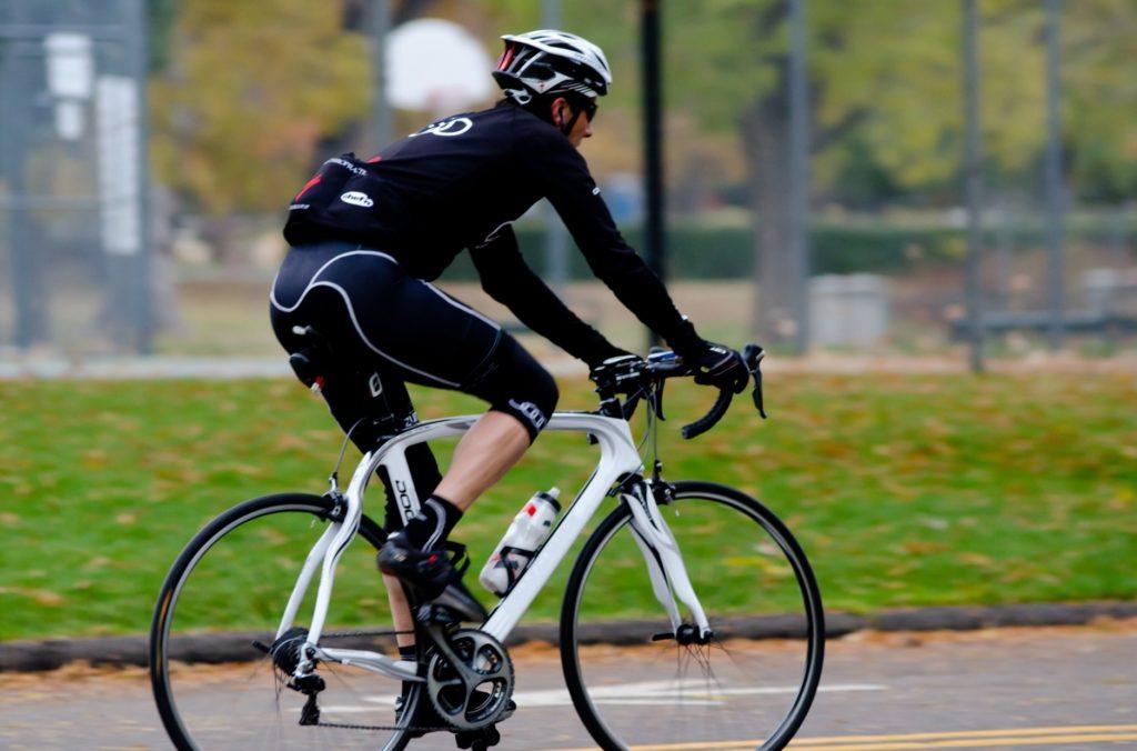 一人暮らしの男性におすすめの遊びと暇つぶし_クロスバイクでサイクリングする男性