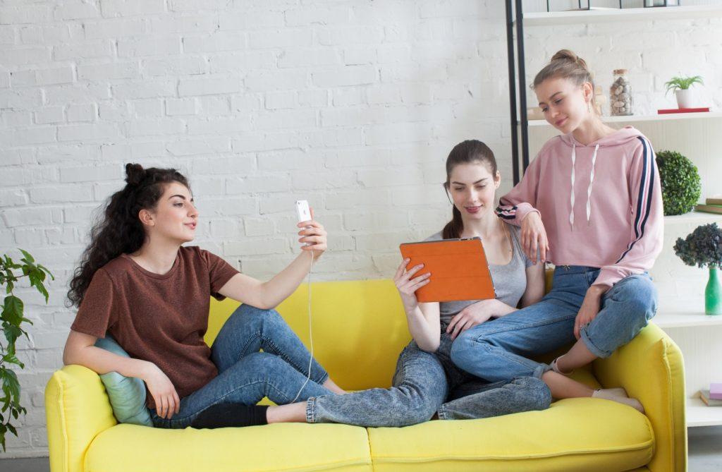 家の中で友達と楽しめる暇つぶし_ソファで女性3人