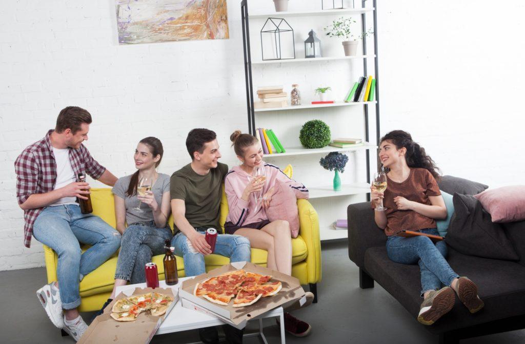 家の中で友達と楽しめる暇つぶし_5人でご飯を自宅で食べる