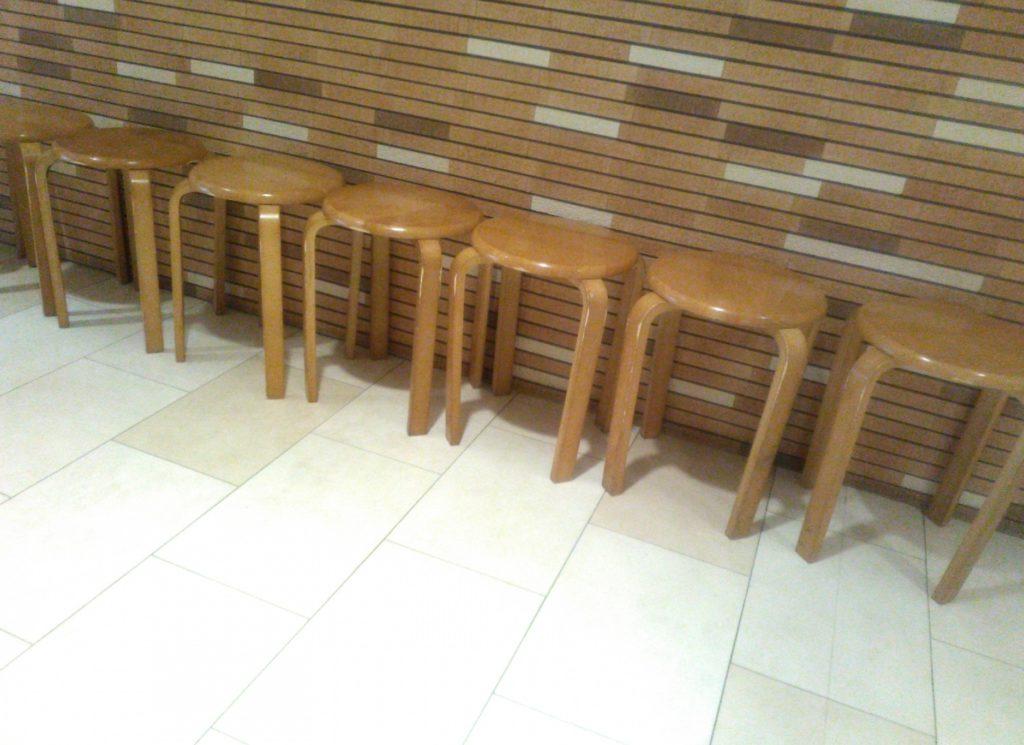 飲食店・レストランでの待ち時間に子供と親が一緒にできる暇つぶし_丸椅子