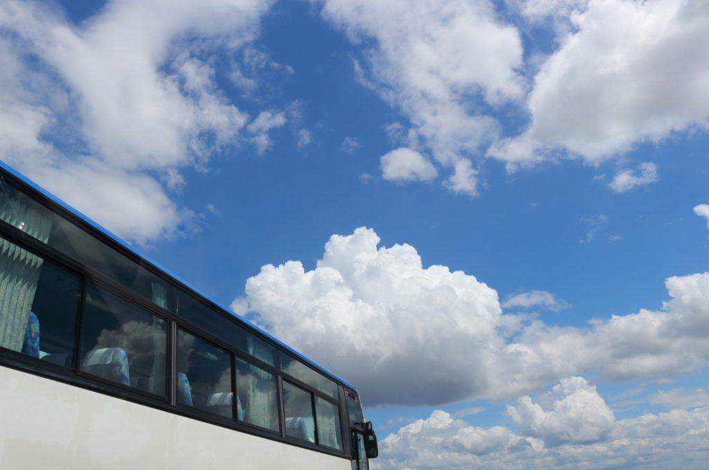 通勤や旅行のバス移動中に一人でできる暇つぶし方法_バスと青空の風景
