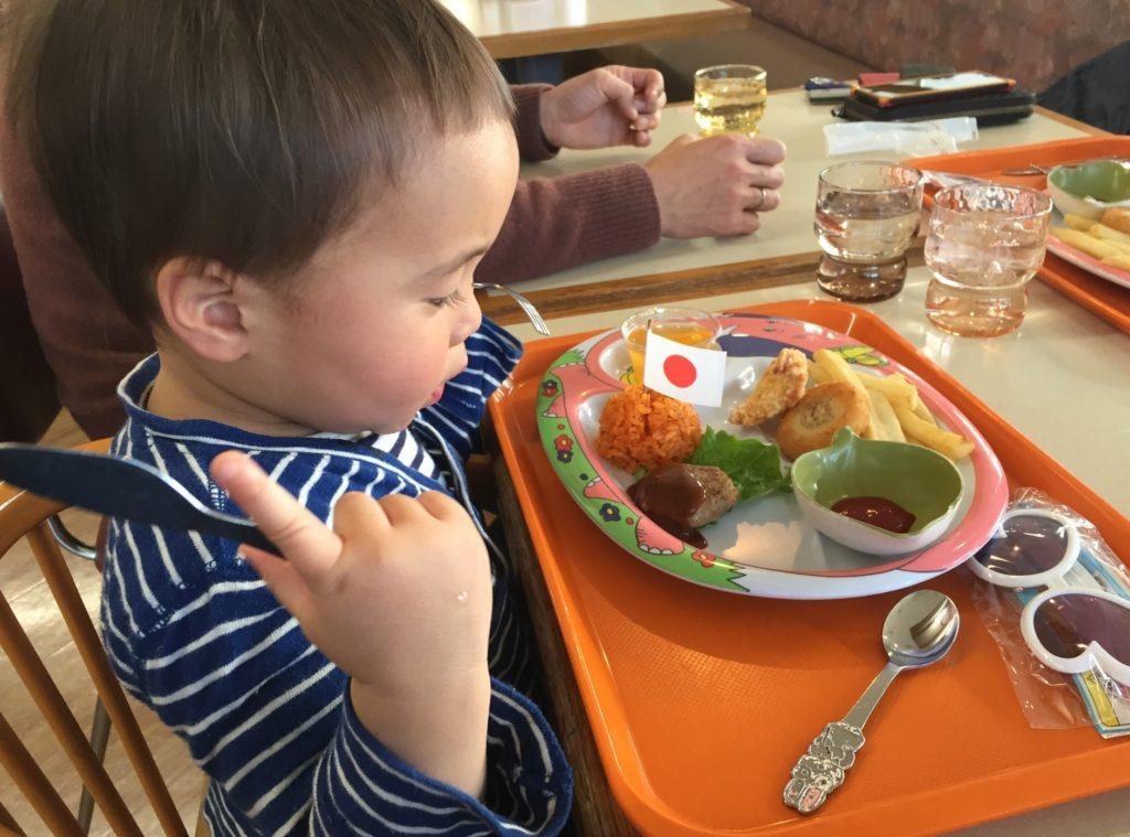 飲食店・レストランでの待ち時間に子供と親が一緒にできる暇つぶし_やっとお子様ランチにありつける子供