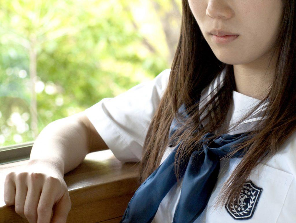 修学旅行中に一人ぼっちの暇つぶしと過ごし方_一人で孤独なセーラー服の女子中学生