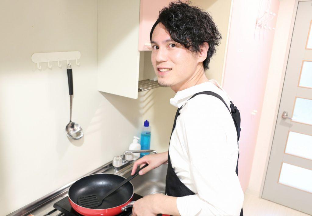 一人暮らしの男性におすすめの遊びと暇つぶし_男飯料理する男性