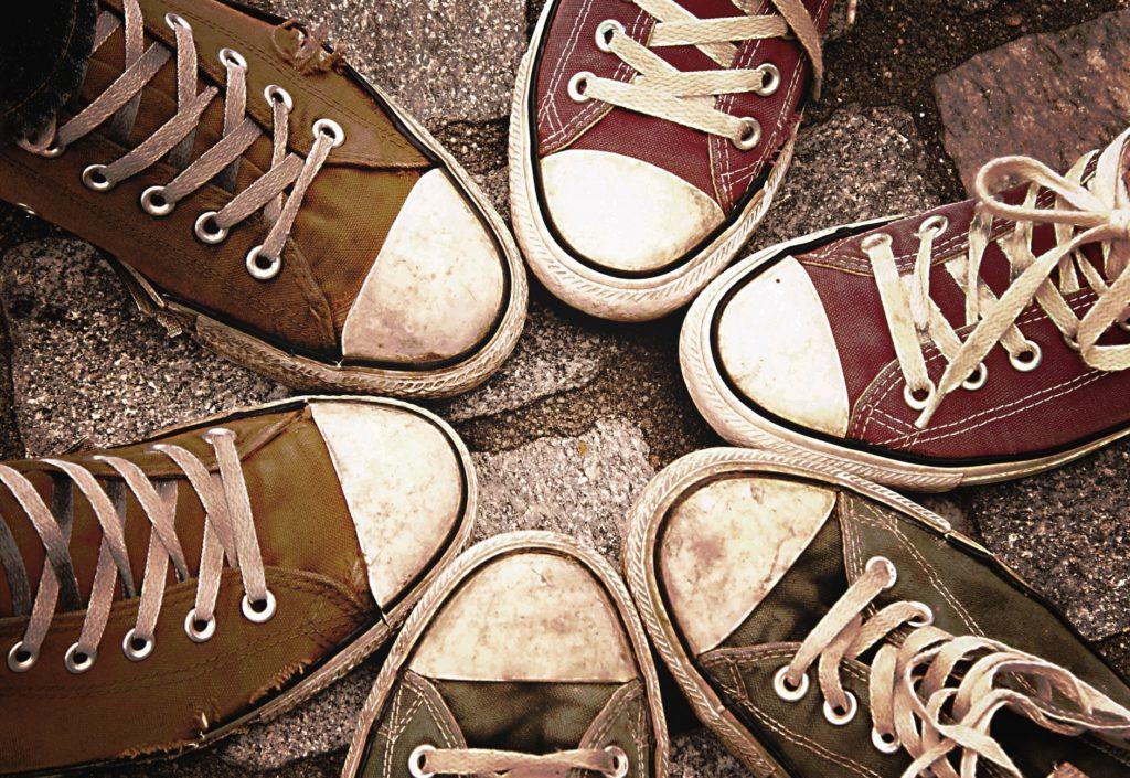 友達大勢で楽しめる人気の遊びやおすすめの暇つぶし方法_複数人の足元