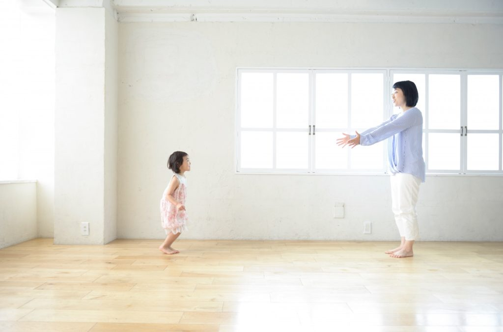 子供と家の中で楽しくできる遊びと暇つぶし_母と娘自宅で遊ぶ