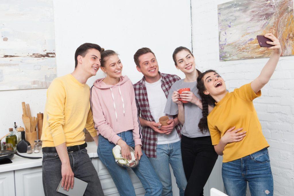家の中で友達と楽しめる暇つぶし_キッチンで5人