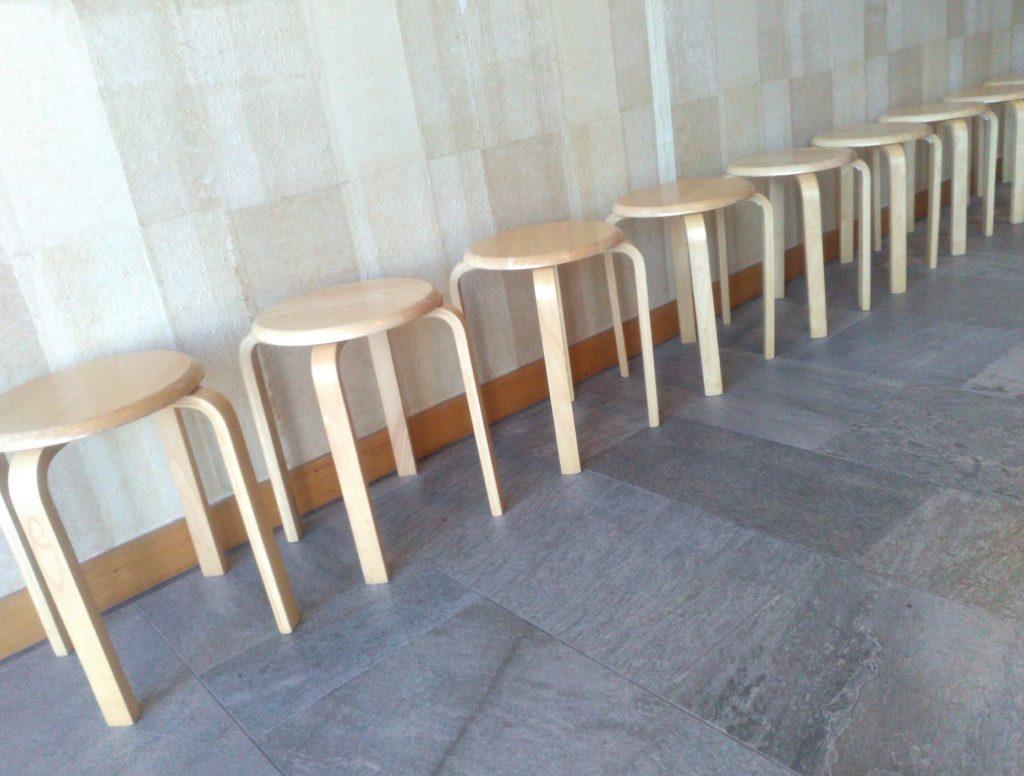 飲食店・レストランでの待ち時間に子供と親が一緒にできる暇つぶし_待ち時間に座らせられる椅子
