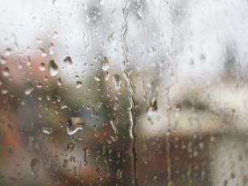 大雨の日や梅雨における暇つぶし_雨に濡れる窓