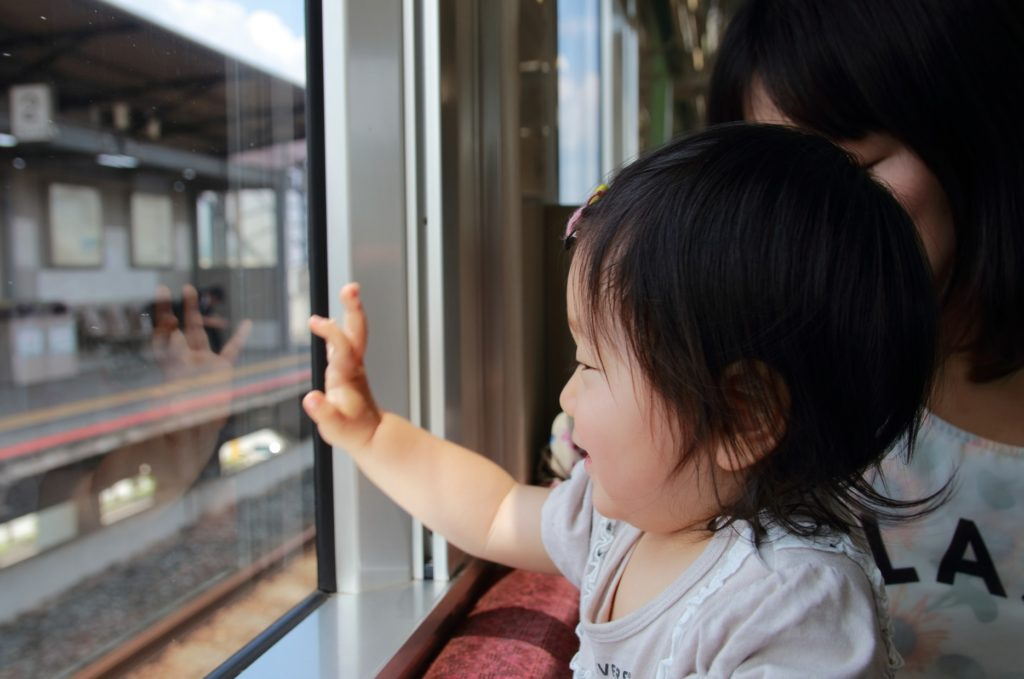 電車の中で子供と一緒にできる暇つぶし_電車を楽しむ子供