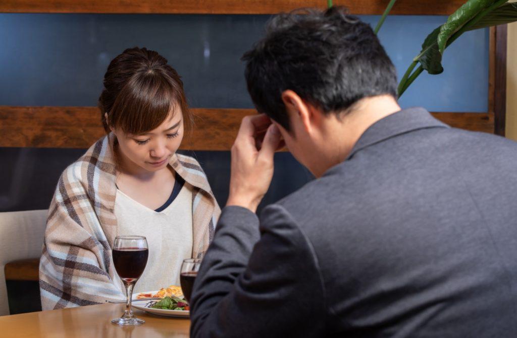 マンネリ夫婦が自宅でできる楽しい暇つぶし_飯を自宅で食べるも会話が弾まない夫婦