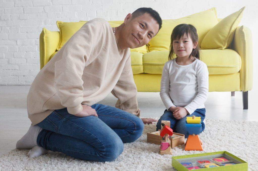 子供と家の中で楽しくできる遊びと暇つぶし_自宅で遊ぶ父と娘