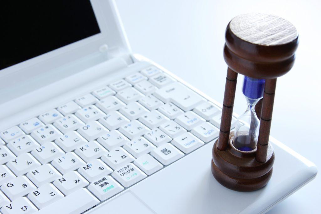 仕事の合間に暇つぶし_仕事の効率_PCと砂時計